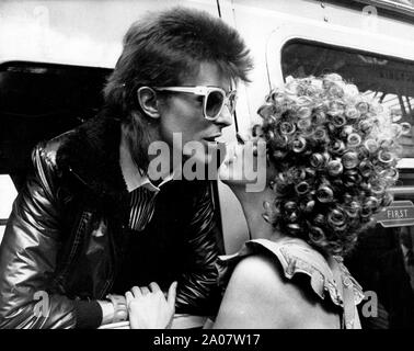July 9, 1973 - London, England, United Kingdom - Pop Star DAVID BOWIE (26), kisses his wife ANGIE from inside his train at Victoria Station. He is off to Paris to start recording his latest LP. (Credit Image: © Keystone Press Agency/Keystone USA via ZUMAPRESS.com) - Stock Photo