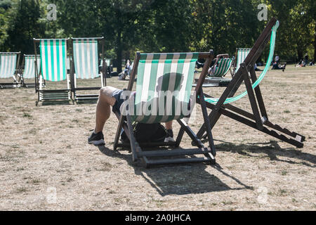 London, UK. 20 September 2019 . People enjoy the autumn sunshine in Green Park on a warm and sunny day in London  Credit: amer ghazzal/Alamy Live News - Stock Photo