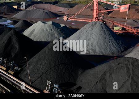 Germany, Hamburg, Hansaport import of coal and ore / DEUTSCHLAND, Hamburg, Hansaport, Import von Kohle und Erz, Lagerung und Weitertransport zu Kraftwerken und Stahlwerken
