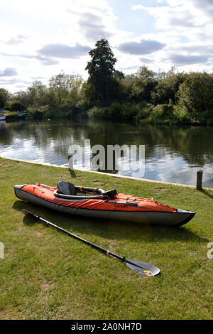 Advanced Elements inflatable kayak beside the River Bure at Belaugh staithe, Norfolk, Broads National Park - Stock Photo