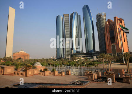 Le quartier général d'ADNOC. Les tours Etihad. Etihad Towers viewed over the fountains of the Emirates Palace Hotel. Jumeirah. 2007-2011. Abou Dhabi. - Stock Photo