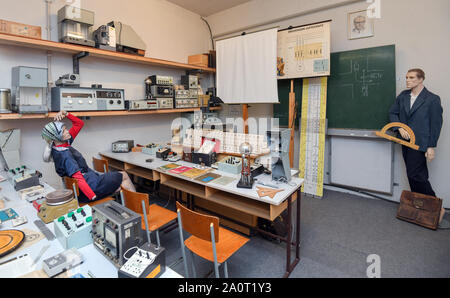 Trebus, Germany. 19th Sep, 2019. A classroom mainly with physical teaching utensils from GDR times belongs to an exhibition of the IFA friends Trebus. The former German state on a small scale exists in the Brandenburg province. The IFA friends in Trebus will be offering an authentic journey through time into everyday life in the GDR on 14,000 square metres of space. Visitors indulge in memories during guided tours. Credit: Patrick Pleul/dpa-Zentralbild/ZB/dpa/Alamy Live News - Stock Photo