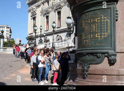 Paris, France. 21st Sep, 2019. People wait in a queue to visit the Paris Opera Theater during the European Heritage Days in Paris, France, Sept. 21, 2019. Historical heritage sites are open to public this weekend in France to mark the European Heritages Days, which are held in September each year. The European Heritages Days are the most widely celebrated participatory cultural event shared by the citizens of Europe. Credit: Gao Jing/Xinhua/Alamy Live News - Stock Photo