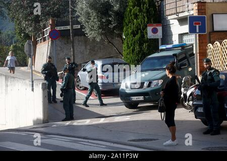 Sant Fost De Campcentelles, Spain. 23rd Sep, 2019. Civil Guard agents on guard at a residential area in Sant Fost de Campcentelles, Barcelona, Spain, during one of several researches ordered by a judge of the Audiencia Nacional Number 6 Central Court, 23 September 2019. A total of nine pro-independence people, members of the so-called Committees for the Defense of the Republic (CDR), have been arrested accused of planning violent actions. Credit: Quique Garcia (EDITORS NOTE, FACES BLURRED BY SOURCE IN ACCORDANCE TO SPANISH LAW)/EFE/Alamy Live News - Stock Photo