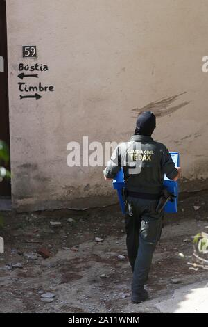 Sant Fost De Campcentelles, Spain. 23rd Sep, 2019. Civil Guard agents on guard at a residential area in Sant Fost de Campcentelles, Barcelona, Spain, during one of several searches ordered by a judge of the Audiencia Nacional Number 6 Central Court, 23 September 2019. A total of nine pro-independence people, members of the so-called Committees for the Defense of the Republic (CDR), have been arrested accused of planning violent actions. Credit: Quique Garcia/EFE/Alamy Live News - Stock Photo