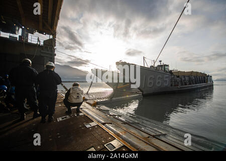 SEWARD, Alaska (September 19, 2019) – Landing Craft, Utility (LCU) 1665, assigned to Assault Craft Unit (ACU) 1, temporarily moors to the stern gate aboard the amphibious dock landing ship USS Comstock (LSD 45) as part of Arctic Expeditionary Capabilities Exercise (AECE) 2019. Approximately 3,000 U.S. Navy and Marine Corps personnel participate in AECE 2019, a joint training exercise that tests expeditionary logistical capabilities in the Arctic region and prepares joint forces to respond to crises across the Indo-Pacific. (U.S. Navy photo by Mass Communication Specialist 2nd Class Nicholas Bu - Stock Photo