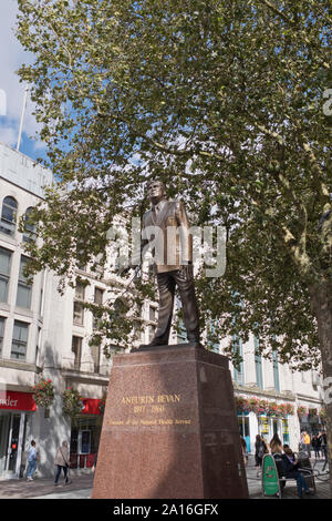 dh Aneurin Bevan statue CARDIFF WALES Nye Bevan Welsh politician founder of UK NHS - Stock Photo