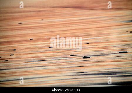 Farbige Wasserspiegelung im Sand - Stock Photo