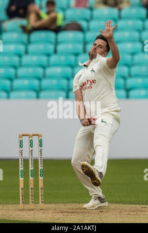 London, UK. 25 September, 2019.  Steven Mullaney bowling for Nottinghamshire against Surrey on day three of the Specsavers County Championship game at the Oval. David Rowe/Alamy Live News - Stock Photo