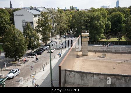Berlin Bernauer Strasse Gedenkstatte Berliner Mauer Verlauf Eines Fluchttunnels Berlin Bernauer Strasse Former Berlin Wall Stock Photo Alamy