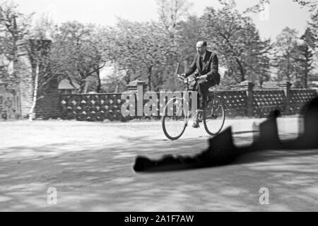 Pfarrer Egon Vögler mit dem Fahrrad unterwegs in seiner Gemeinde Horka, Deutschland 1949. Priest Egon Voegler riding his bicycle through his parish Horka, Germany 1949. - Stock Photo