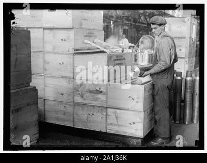 NAVY YARD, U.S., WASHINGTON. PACKING AND HANDLING CARTRIDGE CASES - Stock Photo