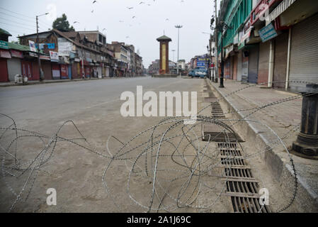 Srinagar, Kashmir. 27th Sep, 2019. Deserted street with concertina wire during the restrictions in Srinagar.After the revocation of article 370 which gives the special status to Jammu & Kashmir, state authorities have imposed restrictions across Kashmir to prevent protests. Credit: SOPA Images Limited/Alamy Live News - Stock Photo