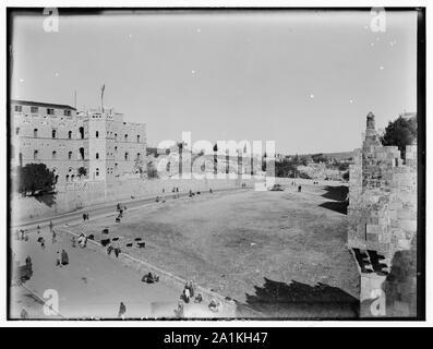Newer Jerusalem. Street scene and courtyard - Stock Photo