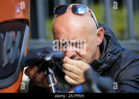 Harrogate, UK. 28th Sep, 2019. Team USA Mechanics alter a bike2019 UCI Road World Championships Womens Elite Road Race. September 28, 2019 Credit Dan-Cooke/Alamy Live News - Stock Photo
