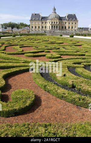Jardins d'André Lenôtre. Château de Vaux-le-Vicomte. France. / Gardens André Lenôtre. Vaux-le-Vicomte castle. France. - Stock Photo