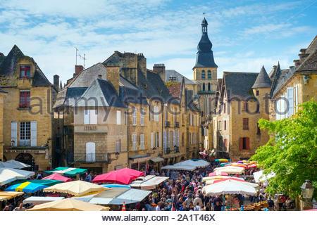 Crowded market square during weekly farmer's market on Place de la Liberté, Sarlat-la-Canéda, Dordogne Department, Aquitaine, France - Stock Photo