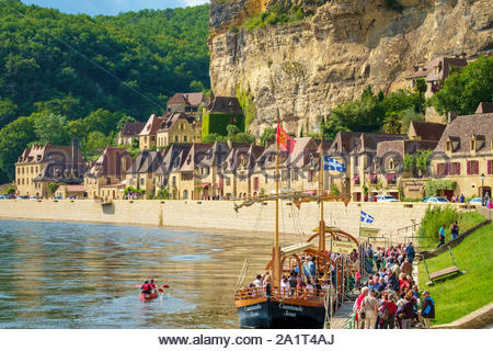 Tourist boarding a boat on Dordogne River, La Roque-Gageac, Dordogne Department, Aquitaine, France - Stock Photo