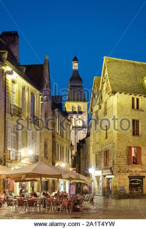 Place de la Liberté and tower of Cathédrale Saint-Sacerdos at dusk, Sarlat-la-Canéda, Dordogne Department, Aquitaine, France - Stock Photo