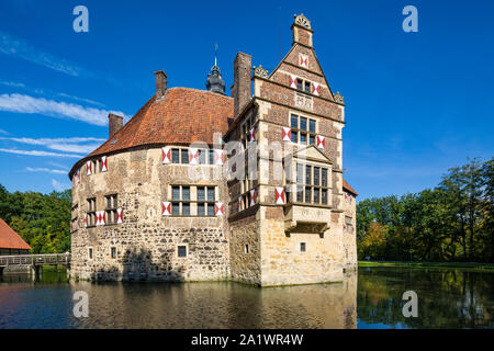 D-Luedinghausen, Stever, Muensterland, Westphalia, North Rhine-Westphalia, NRW, Vischering Castle, moated castle, knights castle, Middle Ages, renaissance, Muensterland museum, bay window, moat, castle ditch - Stock Photo