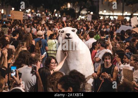 Unas 20.000 personas se manifestaron el pasado viernes 27 de Septiembre en contra de la inactividad de los gobiernos respeto al cambio climático. - Stock Photo