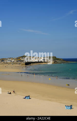 At low tide you can walk between Portminster Beach and the harbour at St Ives in Cornwall - Stock Photo