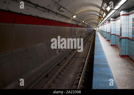 long continuous chicago l train platform at washington station blue line chicago illinois united states of america - Stock Photo