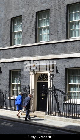 Theresa May enters 10 Downing street after her resignation speech, London, before seeing Queen Elizabeth to formalise her departure. The last day of the Premiership of Theresa May, Prime Minister of the United Kingdom, 13 July 2016 - 24 July 2019. May was Leader of the Conservative Party from July 2016 - 23 July 2019. Shown with her husband Phillip May. - Stock Photo