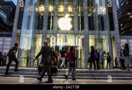 New York City, USA. 25th Sep, 2019. NEW YORK CITY, USA - SEPTEMBER 27, 2019: People by the entrance to Apple's 5th Avenue store. Valery Sharifulin/TASS Credit: ITAR-TASS News Agency/Alamy Live News - Stock Photo