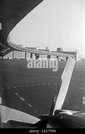 Propellertriebwerk an einem Flugzeugflügel auf dem Flughafen Tempelhof in Berlin, Deutschland 1962. Propeller drive on the wing of an airplane on Tempelhof airport in Berlin, Germany 1962. - Stock Photo