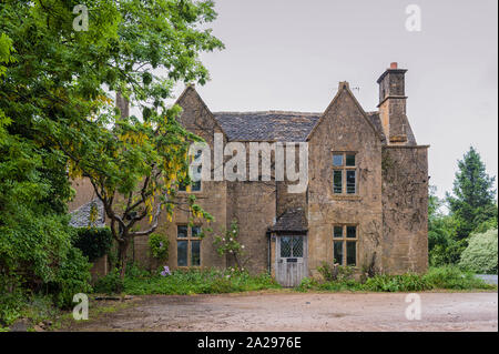 Pretty Cottages with climbing plants in the village of Broadway, in the English county of Worcestershire, Cotswolds, UK - Stock Photo