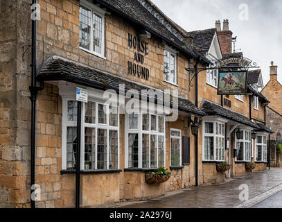 The Horse & Hound public house is a traditional country inn dating from 17th century on Broadway High Street, Broadway - Cotswolds England - Stock Photo