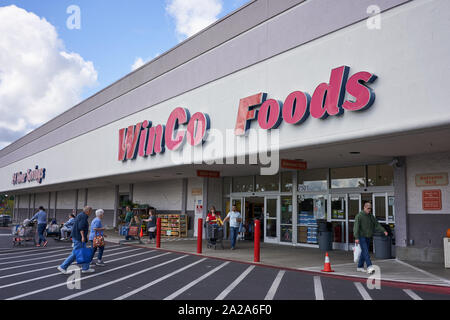 Tigard, Oregon, USA - Sep 24, 2019: The entrance to a WinCo Foods supermarket in Tigard, a suburb within the Portland metro area. - Stock Photo