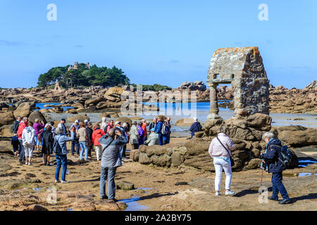 France, Cotes d'Armor, Cote de granit rose (Pink Granite Coast), Perros Guirec, Ploumanac'h, Saint Guirec oratory on the Saint Guirec  beach at low ti - Stock Photo