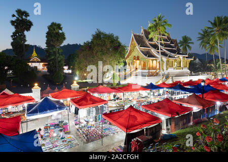 Night market along Th Sisavangvong with Wat Ho Pha Bang Buddhist temple, Luang Prabang, Luang Prabang province, Northern Laos, Laos, Southeast Asia Stock Photo