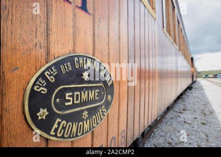 Wagons du petit train de la baie de Somme au dépot  de Saint Valery sur Somme, en cours de restauration, plaque societé des chemins de fer économiques - Stock Photo