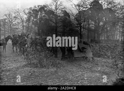 Soldaten des Infanterieregiments 9 üben auf einem Truppenübungsplatz mit dem 7,5 cm leichten Infanteriegeschütz 18, Deutschland 1930er Jahre. Infantry soldiers on a military training ground exercising with an infantry support gun, Germany 1930s. - Stock Photo