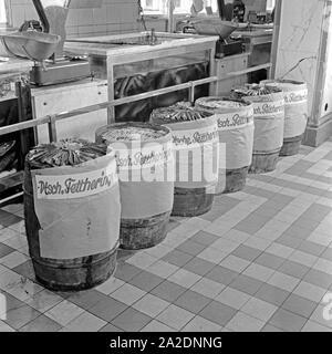 Die Fischabteilung in einem großen Lebensmittelgeschäft bietet deutsche Fettheringe an, Deutschland 1930er Jahre. The fish department at a grocery offering German fat herrings, Germany 1930s. - Stock Photo