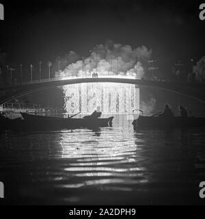 Abschlußfeuerwerk am See bei der Festwiese in Berlin Stralau, Deutschland 1930er Jahre. Final fireworks at teh Berlin Stralau annual fair, Germany 1930s. - Stock Photo