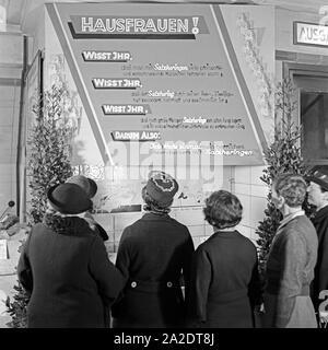 Die Fischabteilung in einem großen Lebensmittelgeschäft wirbt mit Salzheringen, Deutschland 1930er Jahre. The fish department at a grocery offering salted herrings, Germany 1930s. - Stock Photo