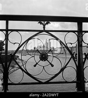 Blick durch ein Brückengeländer auf das Panorama von Magdeburg mit dem Dom im Mittelpunkt, Deutschland 1930er Jahre. View through a bridge railing on the city of Magdeburg with its cathedral in the centre, Germany 1930s. - Stock Photo
