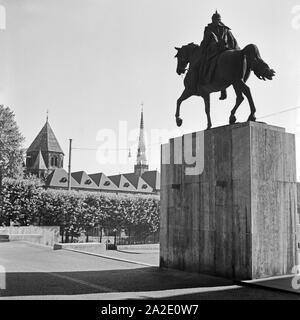 Das Denkmal von Kaiser Wilhelm I. und das Münster am Burgplatz in Essen, Deutschland 1930er Jahre. Sculpture of Kaiser Wilhelm I and the minster at Burgplatz square in Essen, Germany 1930s. - Stock Photo