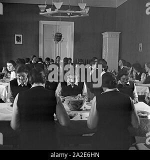 Gemeinsames Essen beim weiblichen Arbeitsdienst in Molkenberg bei Fürstenwalde, Deutschland 1930er Jahre. Women come together and having lunch at the female workforce group of Molkenberg, Germany 1930s. - Stock Photo