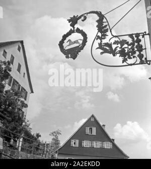 Wirtshausschild in Altensteig an der Nagold, Deutschland 1930er Jahre. Pub sign in the town of Altensteig at river Nagold, Germany 1930s. - Stock Photo