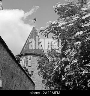Turm an der alten Befestigungs- und Stadtmauer in Dinkelsbühl, Deutschland 1930er Jahe. Tower on the old city wall of Dinkelsbuehl, Germany 1930s. - Stock Photo