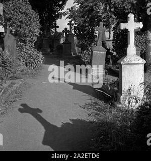 Grabkreuze auf dem Friedhof in Weinfeld bei Daun in der Eifel, Deutschland 1930er Jahre. Tombstones at the cemetery of Weinfeld near Daun at Eifel region, Germany 1930s.