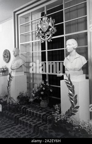 Ehrenmal für das belgische Königspaar Leopold III. und Astrid auf der Leipziger Frühjahrsmesse, Deutschland 1941. Cenotaph for the belgian royal couple Leopold III. and Astrid on the Leipziger Frühjahrsmesse, Germany 1941.