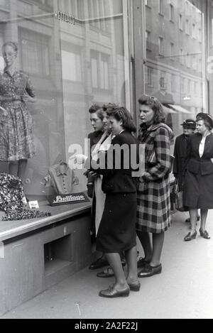 Die Weltmeisterin Anni Kapell beim Einkaufen mit Freundinnen in Düsseldorf, Deutsches Reich 1941. World champion Anni Kapell  going shopping with friends in Düsseldorf, Germany 1941. - Stock Photo