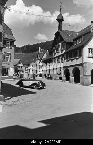 Das Rathaus der Stadt Alpirsbach im Schwarzwald, Deutschland 1930er Jahre. The townhall of the town Alpirsbach in the Black Forest, Germany 1930s. - Stock Photo