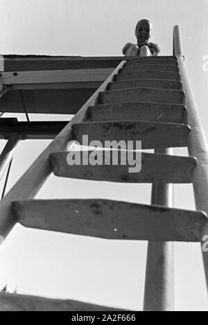 Im Freibad an einem heißen Sommertag, Deutschland 1930er Jahre. In the open-air swimming pool on a hot summer day, Germany 1930s. - Stock Photo